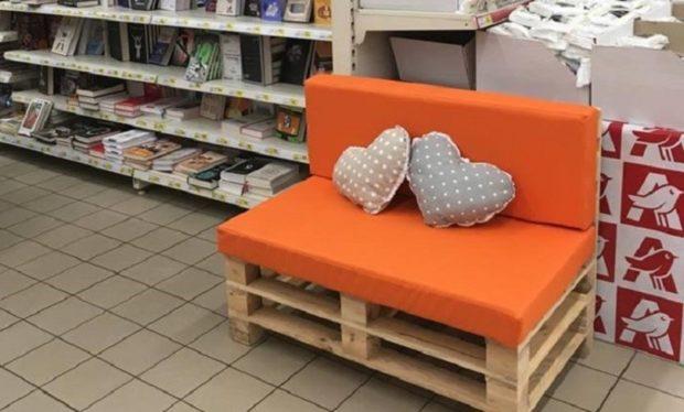 Для бабушки, читающей книги в магазине, поставили диванчик