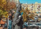 На Подоле студенты отмыли памятник Сковороде ради зачета