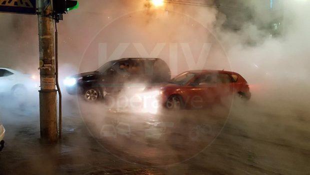 В центре Киева прорвало трубу с горячей водой: под асфальт ушел автомобиль
