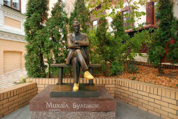 Памятник Булгакову в Киеве обули в желтые ботинки
