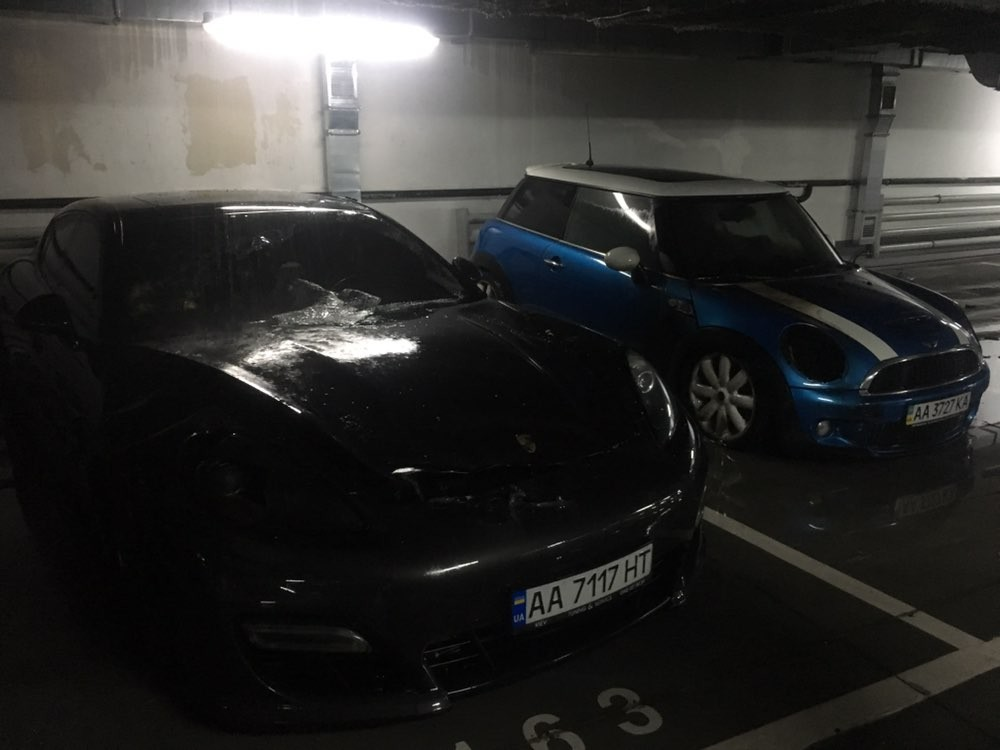В Киеве подожгли MINI Cooper на подземном паркинге жилого комплекса
