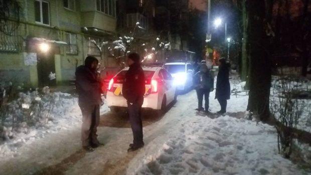 В Киеве на 12-летнюю девочку напал полицейский с ножом