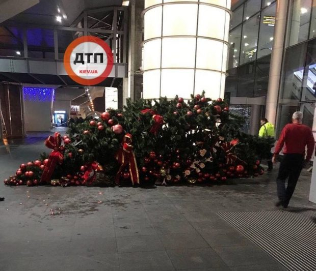 """В аэропорту """"Борисполь"""" рухнула огромная новогодняя елка"""