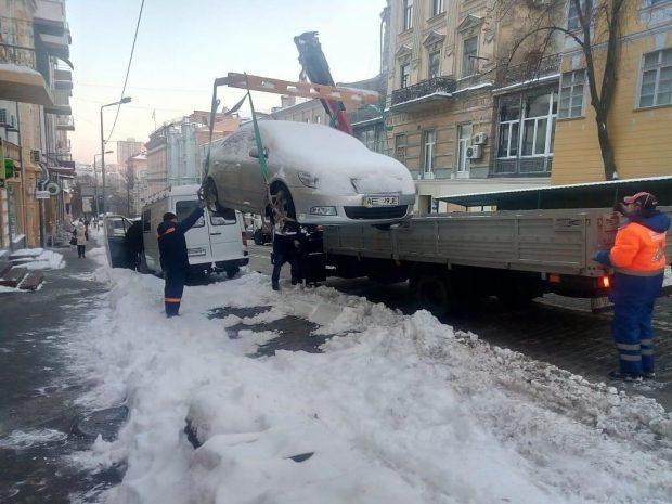 Улицы столицы чистят от снега круглосуточно