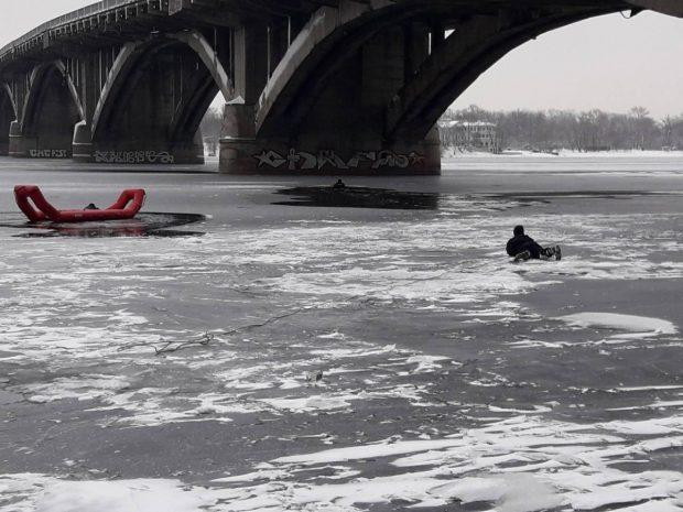 В Киеве спасли мужчину, который упал с моста в Днепр