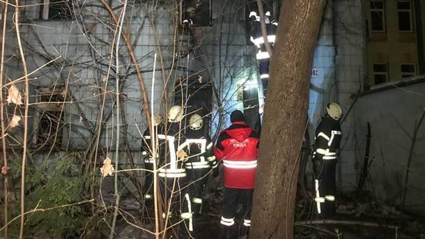 В Киеве три часа тушили огонь в заброшенном трехэтажном здании