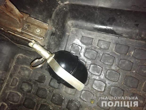 Под Киевом мужчина бросил гранату в салон такси, чтобы любимая не уехала от него