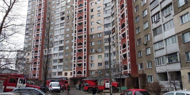 В Киеве горела квартира в 18-этажном доме: пожарные спасли женщину