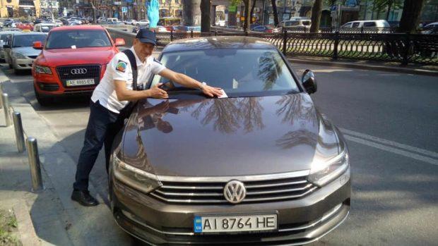В Киеве начали работать инспекторы по парковке
