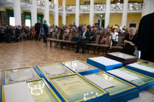 15 лучших учителей Киева наградили премией городского головы