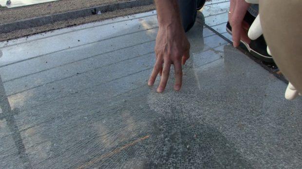"""""""Защитную стекло-пленку, которую повредили вандалы на элементах пола нового пешеходного моста, восстановят в течение суток"""", - Кличко"""