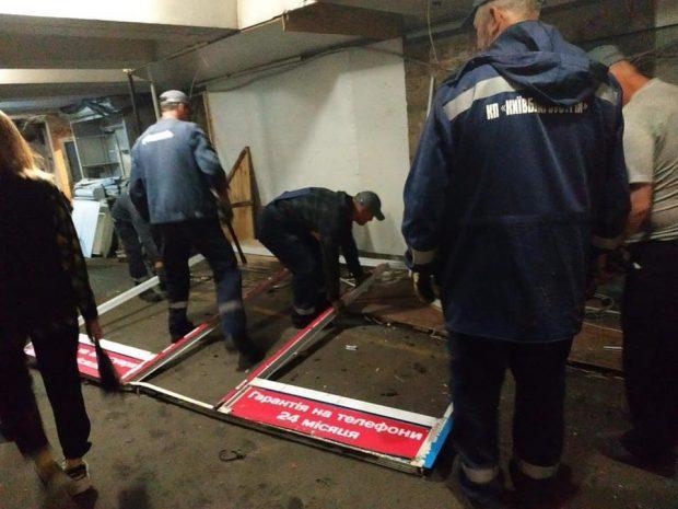 В Киеве начали сносить киоски в переходе возле центральной станции метро