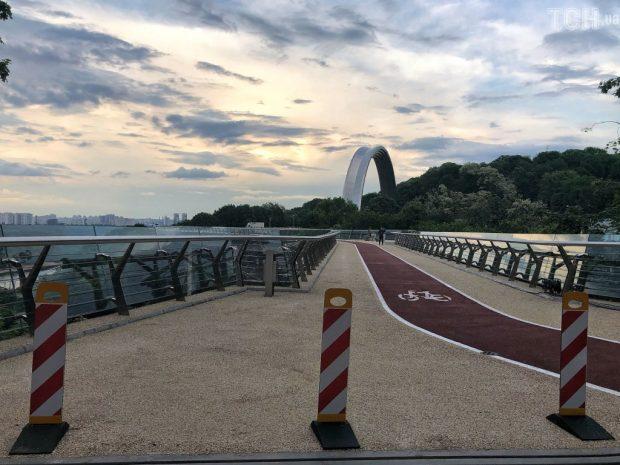В Киеве открыли Пешеходно-велосипедный мост