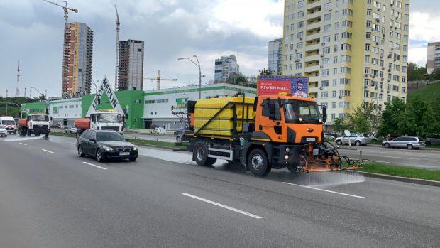 Дороги в Киеве будут чистить моющими средствами