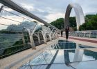"""""""Поврежденные элементы защитного стекла нового пешеходного моста восстановили"""", - Кличко (видео)"""