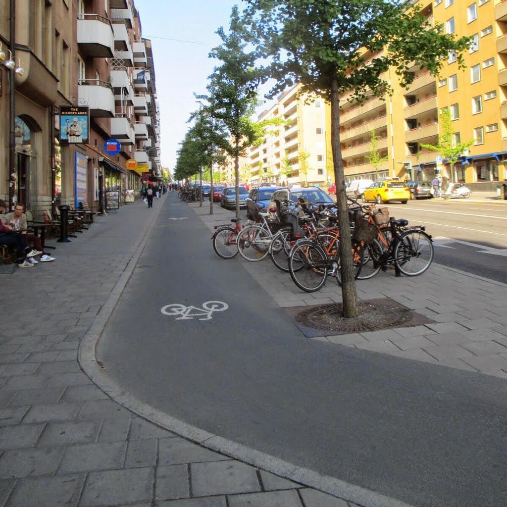 Велосипедная дорожка в спальном районе Стокгольма, Швеция.