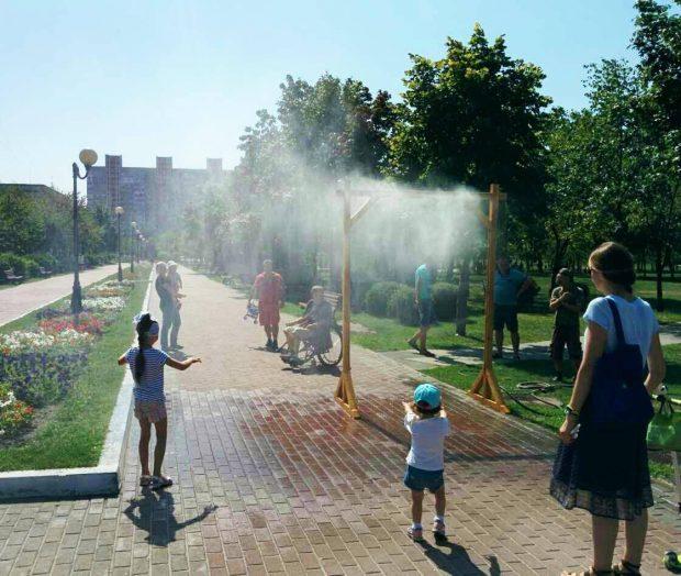 В парках и скверах Киева установили 17 арок, которые распыляют воду