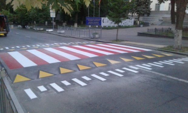 На улице Владимирской обустроили повышенный пешеходный переход