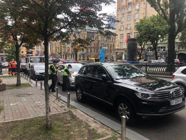 """""""В Киеве начали эвакуацию авто, припаркованных в запрещенных местах"""", - Кличко"""