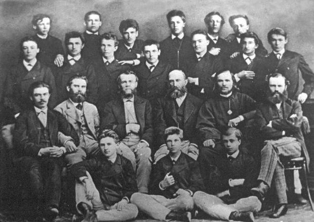 С открытки начала ХХ в. Григорий Галаган (в центре) с преподавателями и учениками Коллегии