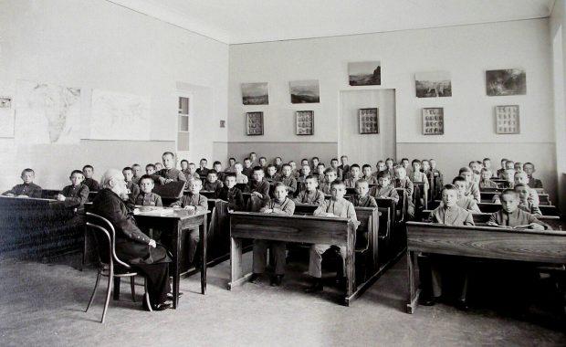 Гимназисты Первой Киевской гимназии в классе во время урока географии