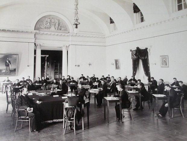 Гимназисты Первой Киевской гимназии во время письменного выпускного экзамена в актовом зале