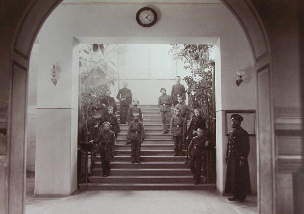 Группа гимназистов Киево-Печерской гимназии на главной лестнице в вестибюле