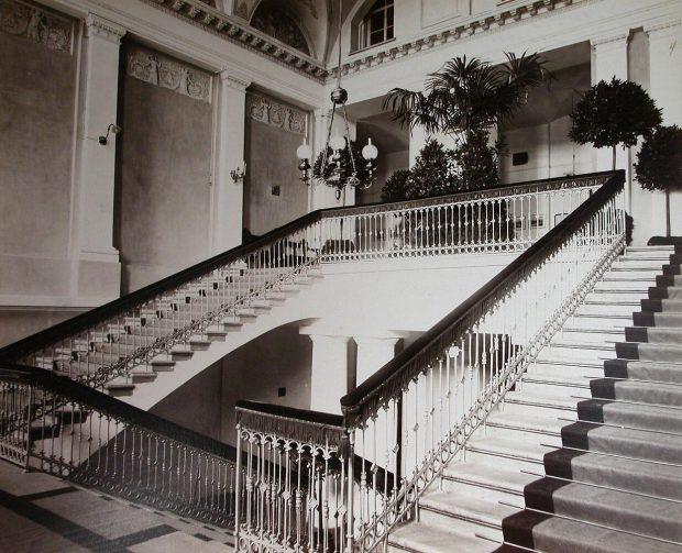 Главная лестница в вестибюле Первой Киевской гимназии