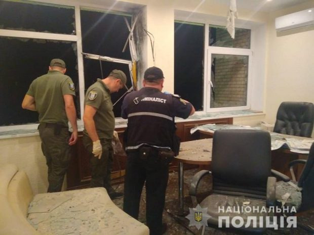 В Киеве неизвестные выстрелили в здание из гранатомета
