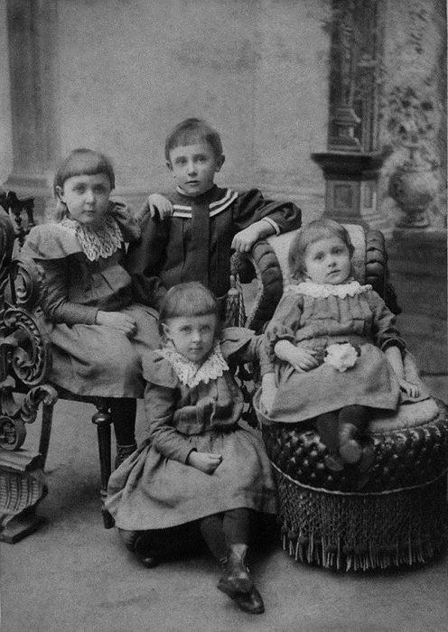 Михаил Булгаков с сёстрами