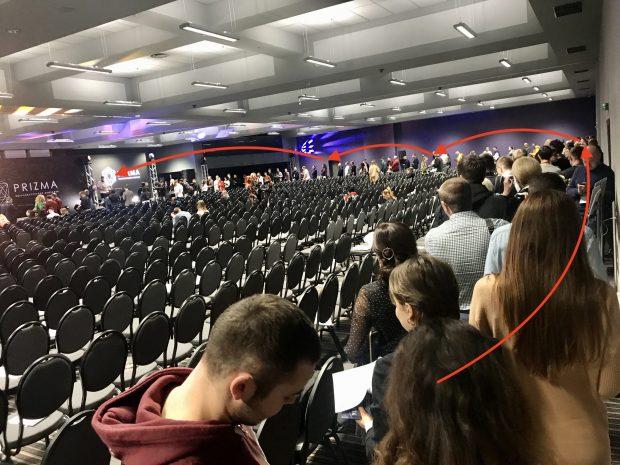 очередь за автографом на выступлении Чичваркина в Киеве