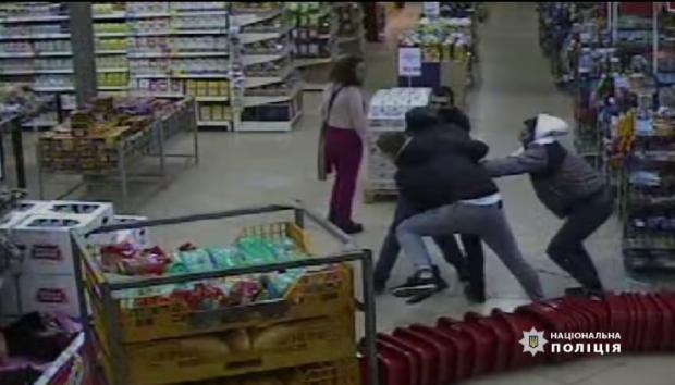 В Киеве трое парней избили до реанимации охранника магазина