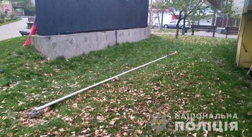 Россиянин сломал флагшток с флагом ОУН в Киевской области