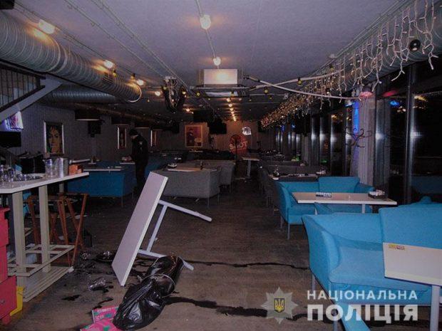 В Киеве подрались посетители и работники ресторана, в заведение влетело авто