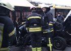 В Киеве легковушка вылетел на остановку: есть погибший