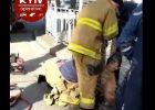 """В Киеве спасатели из канализации достали голого мужчину, который заверил, что у него все """"классно"""""""